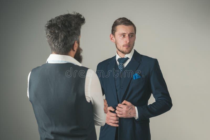 Każdy mężczyzna musi posiadać wielkiego kostium Moda modele w biznesowych powiązaniach Mężczyzna odzieży mody biznesu formalny st zdjęcie stock