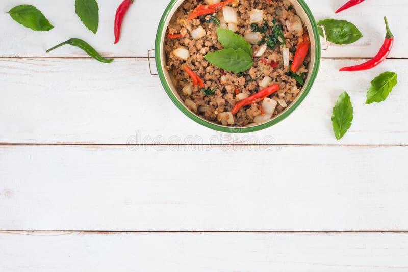 Ka tailandés Prao, imagen del cojín del nombre de la comida de la vista superior del cerdo Stir-fried con las hojas de la albahac fotos de archivo