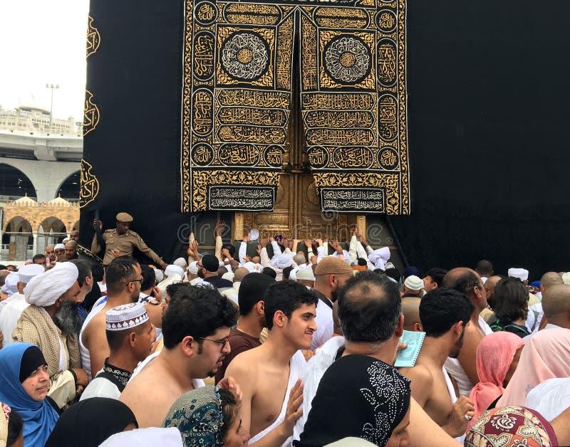 Kaaba, Moslems und Goldtür lizenzfreies stockfoto