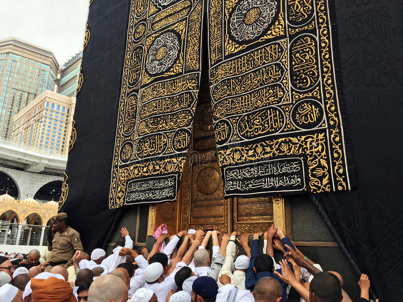 Kaaba, Moslems und Goldtür stockfoto