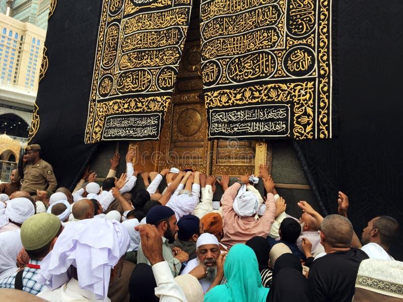 Kaaba, moslims en gouden deur royalty-vrije stock afbeelding