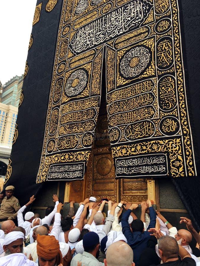 Kaaba, moslims en gouden deur stock afbeelding