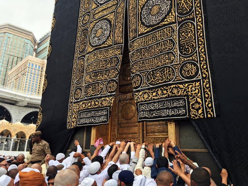 Kaaba, moslims en gouden deur stock foto