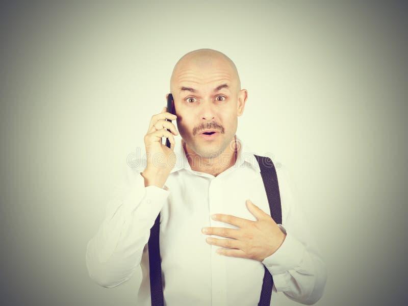 Kaal mustachioed de mens die op de telefoon spreken royalty-vrije stock fotografie