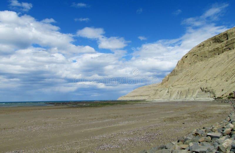 Kaap met grijze klippen in de oceaan stock afbeelding