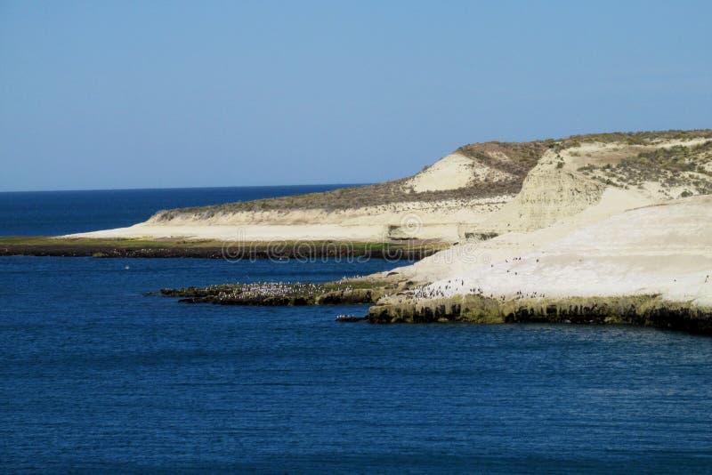 Kaap met witte klippen in de oceaan royalty-vrije stock afbeelding