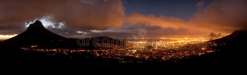 Kaapstad bij nacht (Zuid-Afrika) stock afbeeldingen