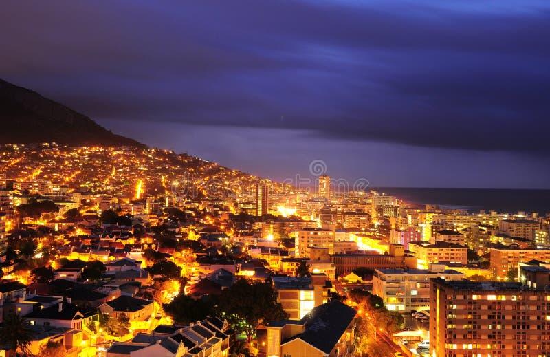 Kaapstad in de nacht stock afbeeldingen
