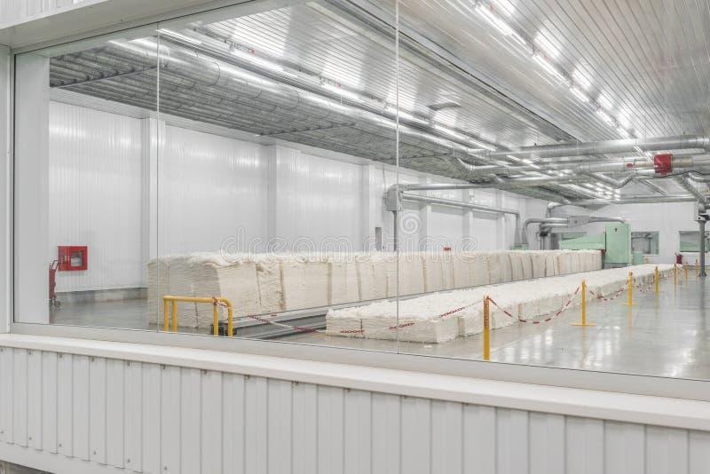 Kaardende machine in textielfabriek stock afbeeldingen