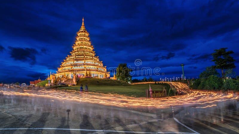 Kaars bij de tempel die van Huay wordt aangestoken Pla Kung royalty-vrije stock foto's