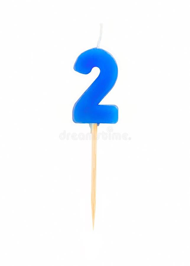 Kaars in de vorm van twee die cijfersaantallen, data voor cake op witte achtergrond worden geïsoleerd Het concept het vieren van  stock foto