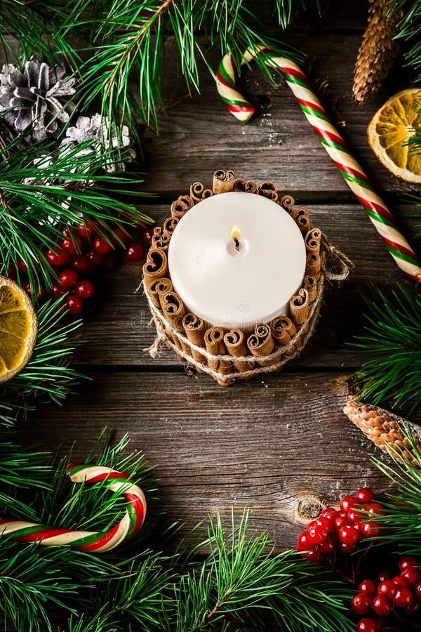Kaars door van kaneelstics en Kerstmis decoratie op oude wo wordt verfraaid die royalty-vrije stock fotografie
