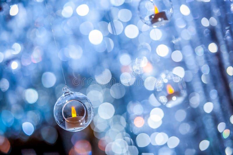 Kaars in een cirkel plastic bal met onduidelijk beeld bokeh achtergrond royalty-vrije stock afbeeldingen