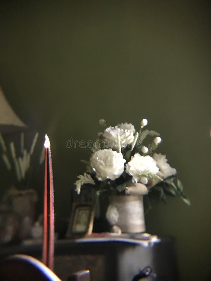 Kaars en bloemen stock afbeelding