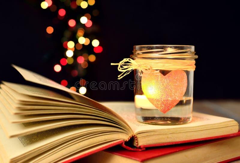Kaars en boeken, dromen, magische liefde, stock fotografie