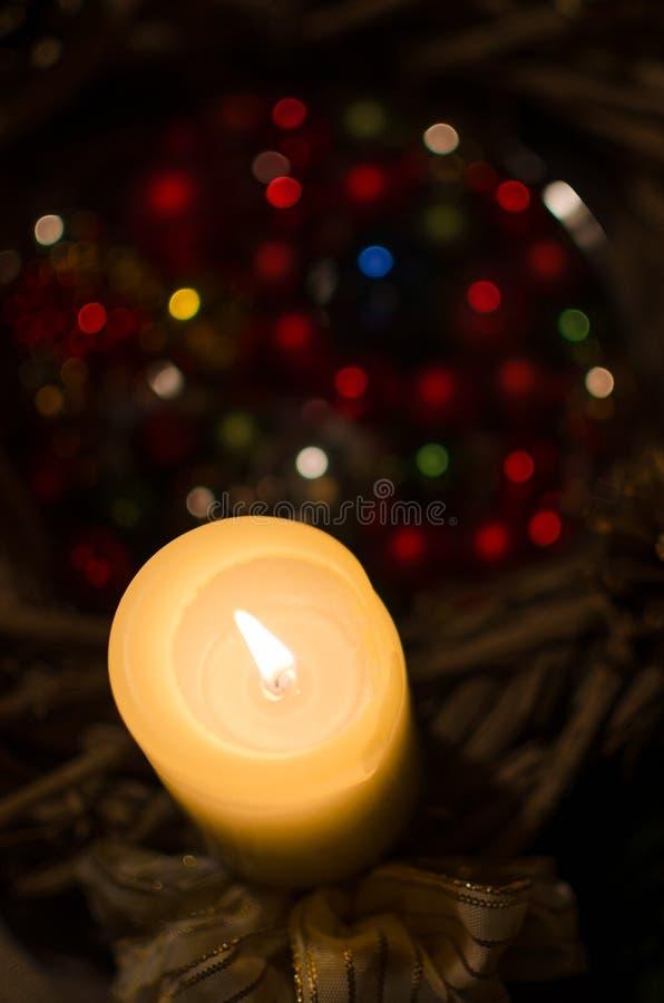 Kaars en Kerstmisdecoratie stock afbeeldingen