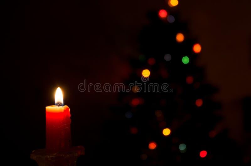 Kaars en Kerstmislichten stock fotografie