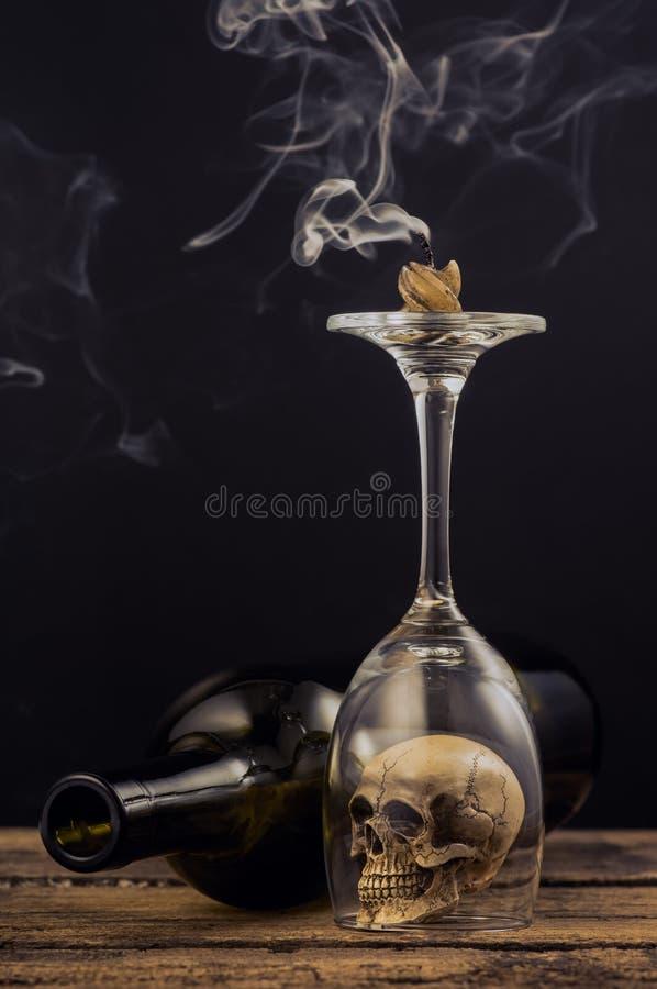 Kaars en rook over wijnglas royalty-vrije stock foto's