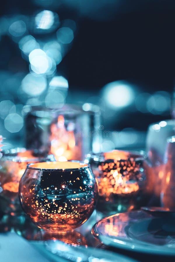 Kaars in glas met bokehachtergrond stock afbeelding