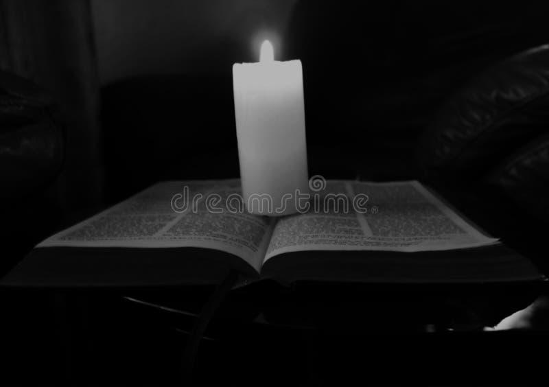 Kaars lichte brand op open boek royalty-vrije stock afbeeldingen
