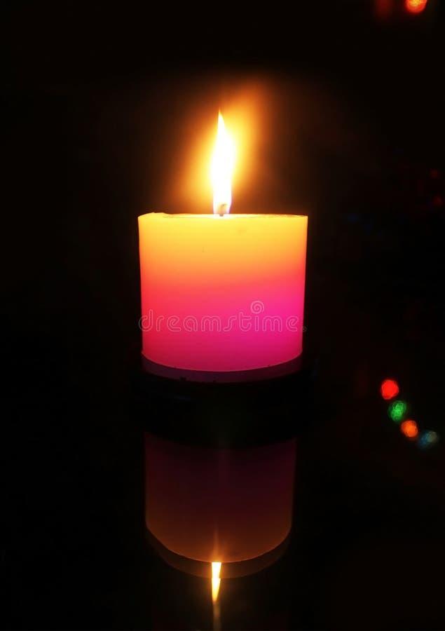Kaars lichte brandende vlam in duisternis stock afbeeldingen