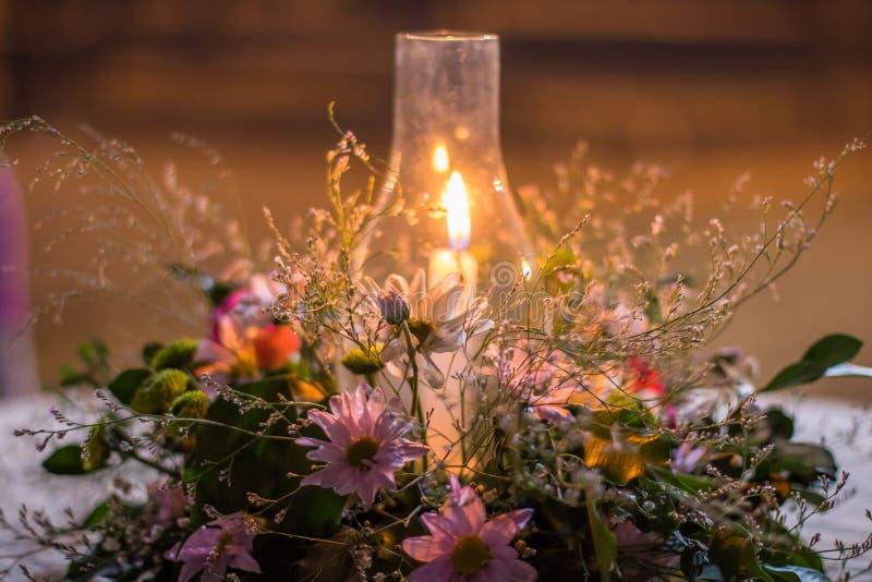 Kaars met bloemen op lijst stock foto