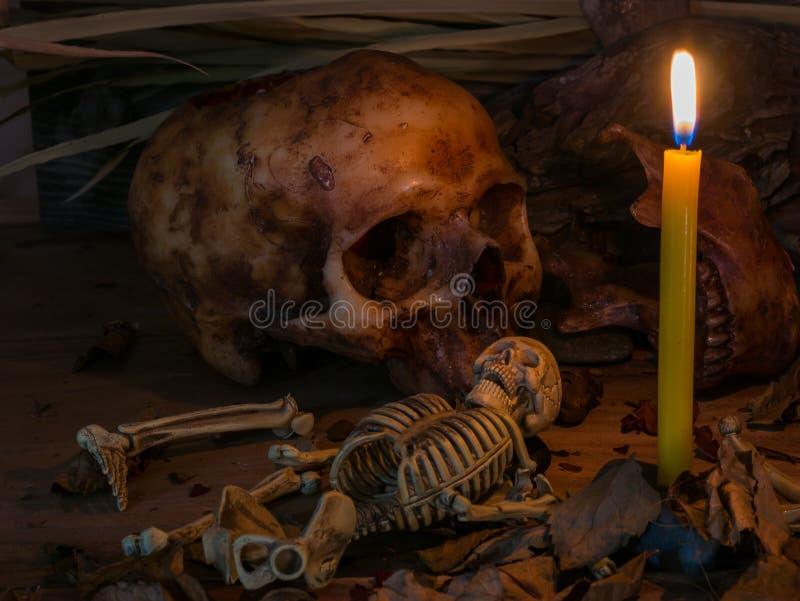 Kaars met schedel en appel op houten lijstachtergrond, Stilleven royalty-vrije stock foto's