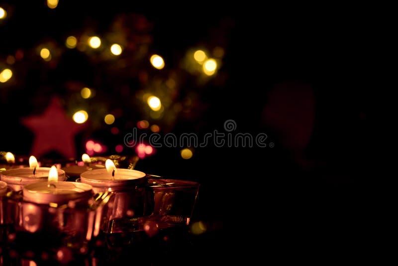 Kaarsen bij Kerstmis met negativruimte op het recht stock foto
