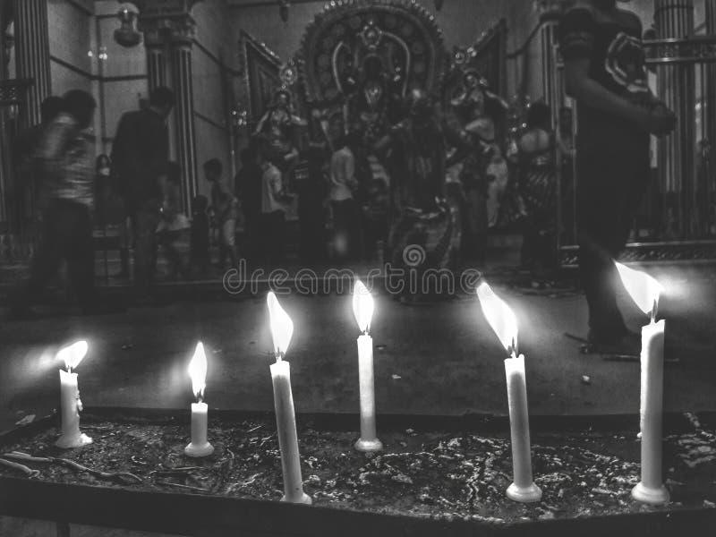 Kaarsen bij tempel stock afbeelding