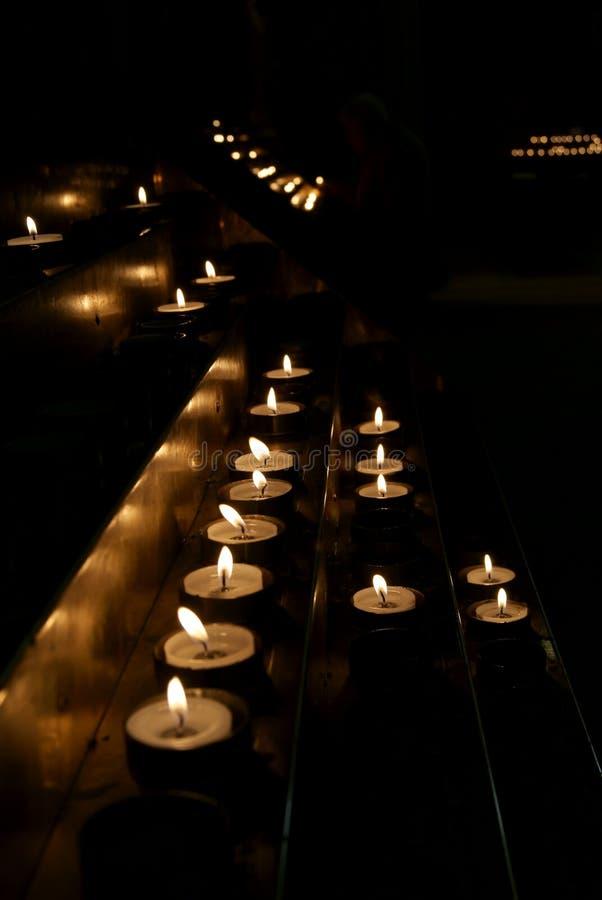 Kaarsen in dark stock afbeeldingen