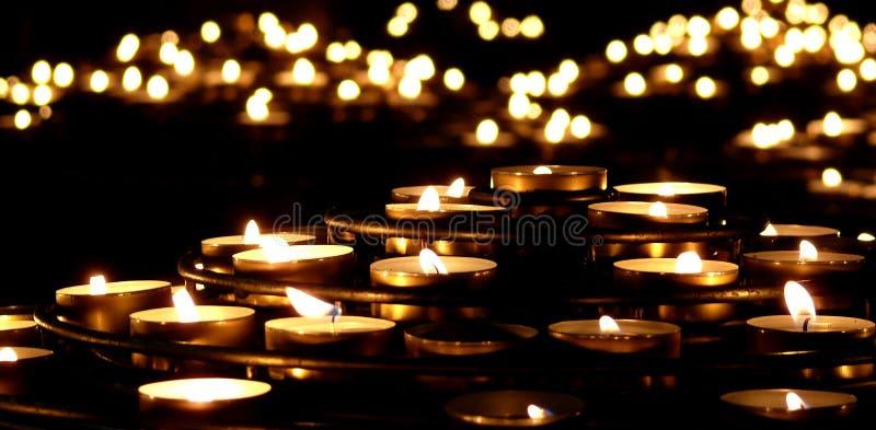 Kaarsen in dark royalty-vrije stock fotografie