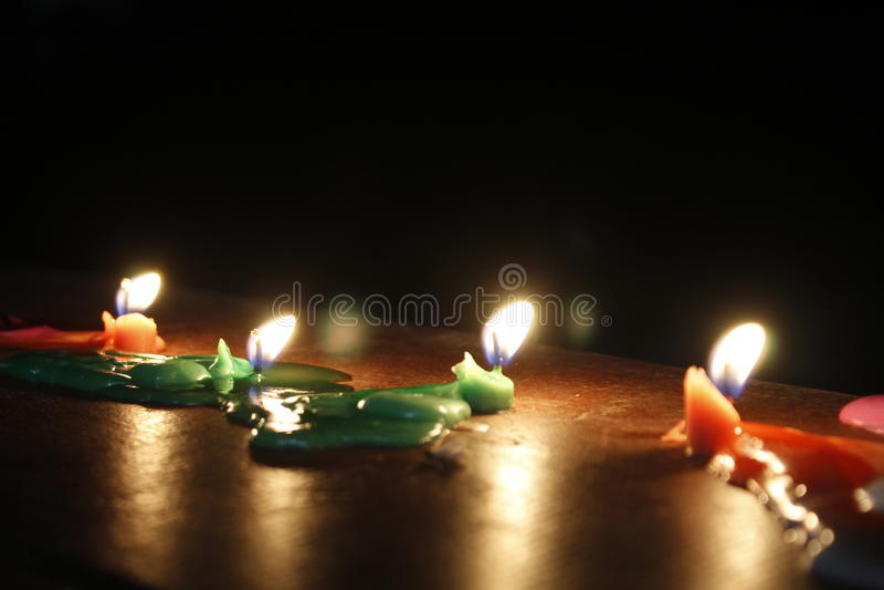 Kaarsen in dark van nacht stock afbeeldingen