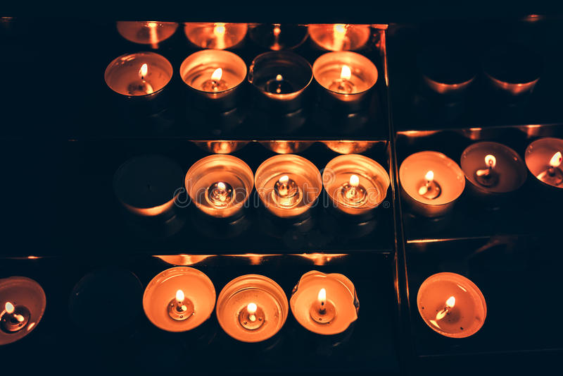 Kaarsen die in de kerk vlammen stock foto's
