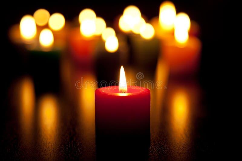 Kaarsen die voor liefde branden stock foto's