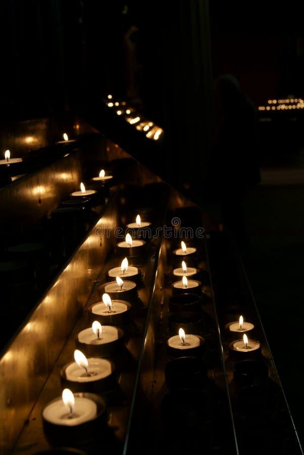 Kaarsen door duisternis worden omringd die royalty-vrije stock afbeeldingen