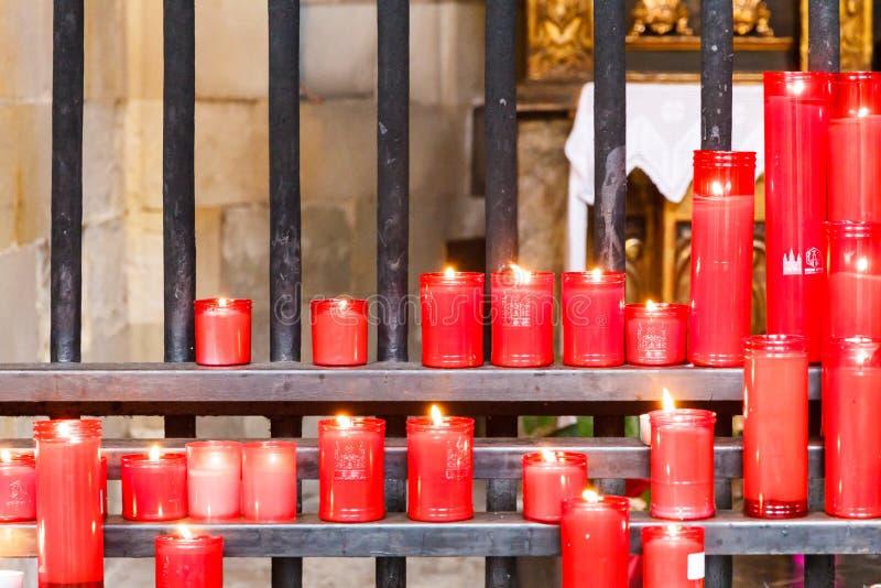 Kaarsen door gelovige worden aangestoken dat royalty-vrije stock afbeelding