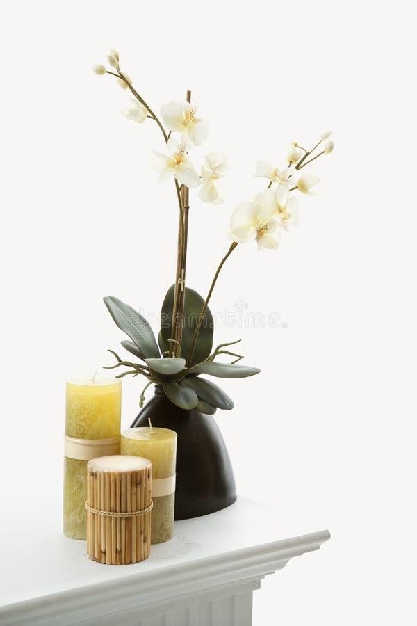 Kaarsen en bloemen. stock foto