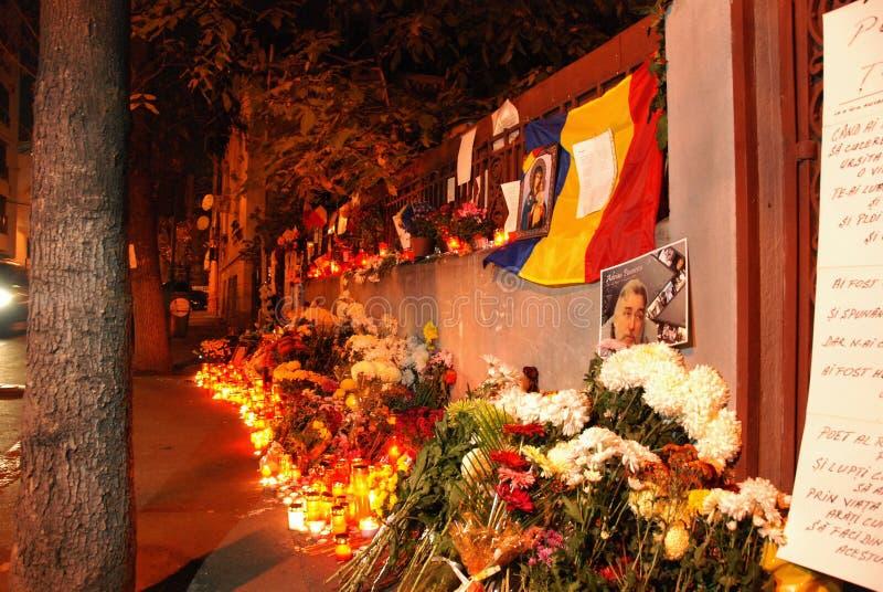 Kaarsen en bloemen aan het huis van de nationale dode dichter stock foto