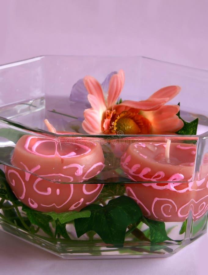 Kaarsen en Bloemen in Water stock afbeelding