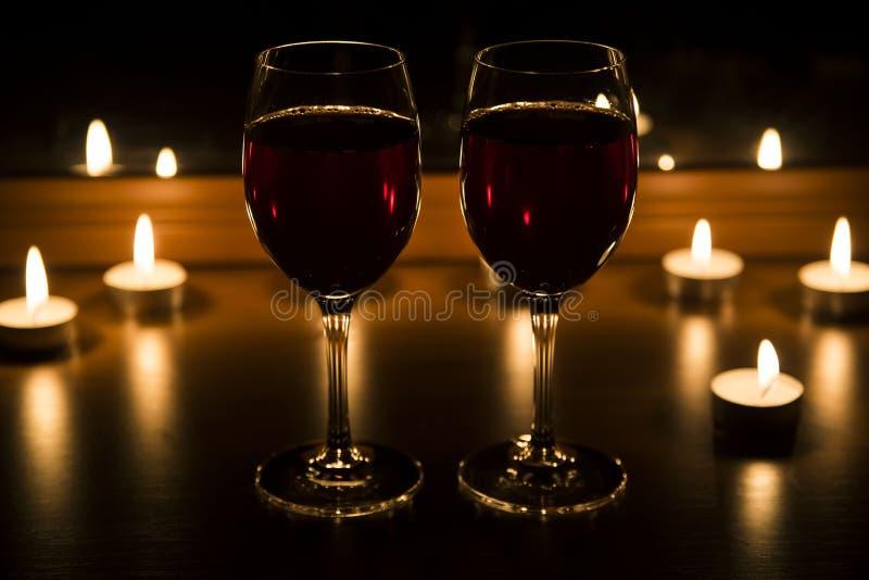 Kaarsen en een glas van de avond van het wijnhuis stock afbeelding