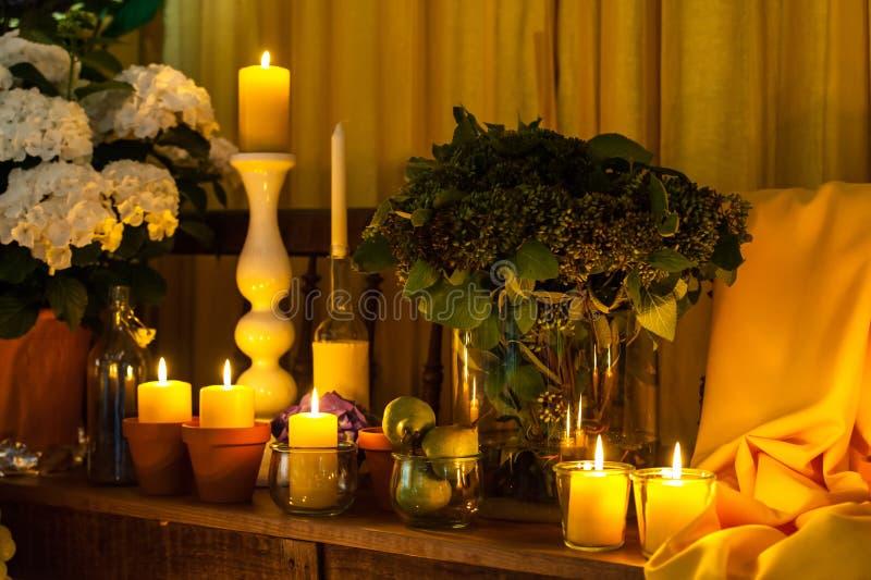 Kaarsen en gele textielregeling royalty-vrije stock afbeelding