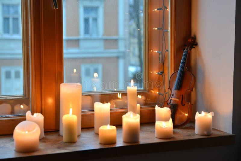 Kaarsen en viool royalty-vrije stock afbeelding