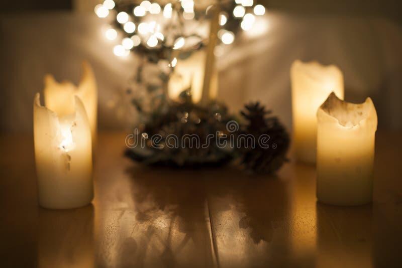 Kaarsen, Kerstmislichten en decoratie in bokeh, uit fokus stock afbeelding