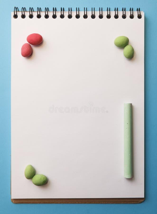 kaarsen, kleurpotloden, pinda's in gekleurde glans op een sh wit stock afbeeldingen
