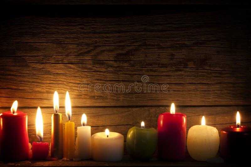 Kaarsen in nacht in Kerstmisstemming royalty-vrije stock afbeelding
