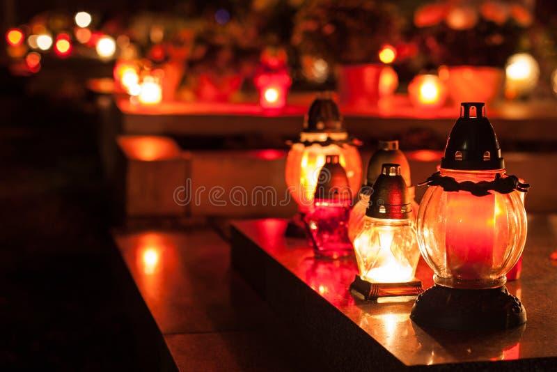 Kaarsen op een begraafplaats. royalty-vrije stock foto