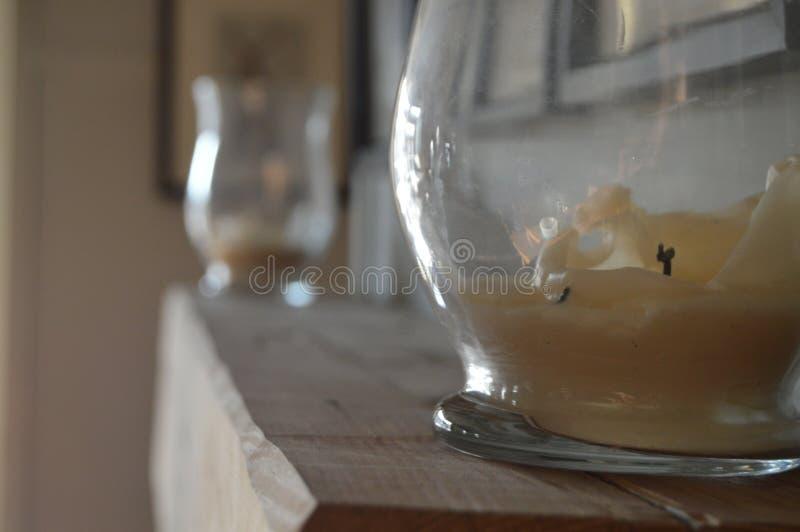 Kaarsen op het Mantelstuk royalty-vrije stock afbeelding