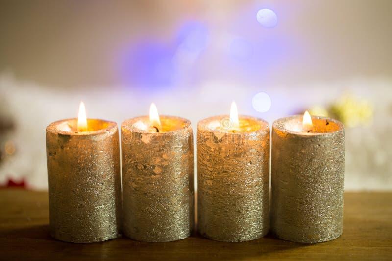 4 kaarsen voor komst, met bokeh royalty-vrije stock foto