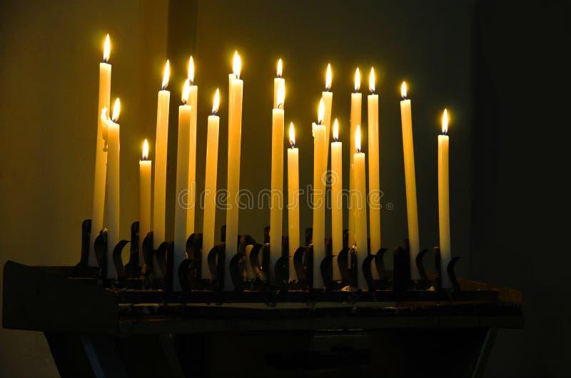 Kaarsenlicht in een kerk stock afbeeldingen