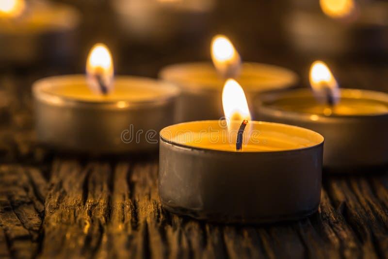 Kaarsenlicht in komst Kerstmiskaarsen die bij nacht branden Gouden licht van kaarsvlam stock afbeeldingen